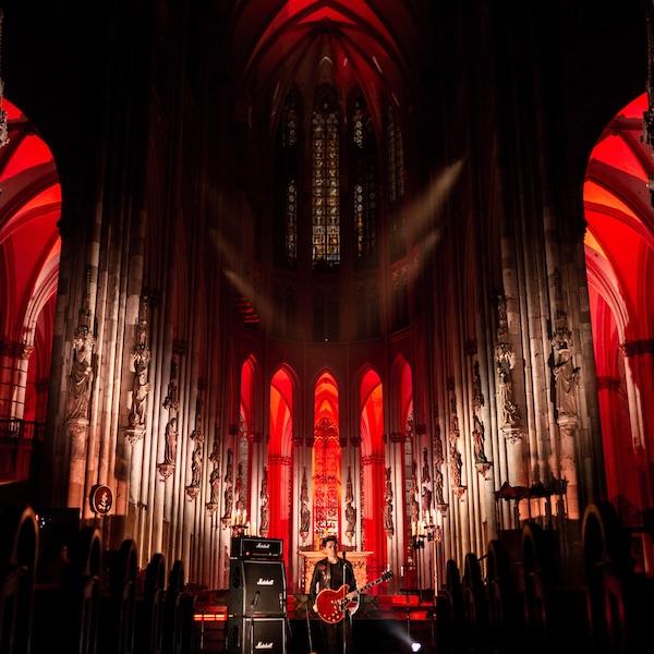 Michael Patrick Kelly im rot beleuchteten Kölner Dom
