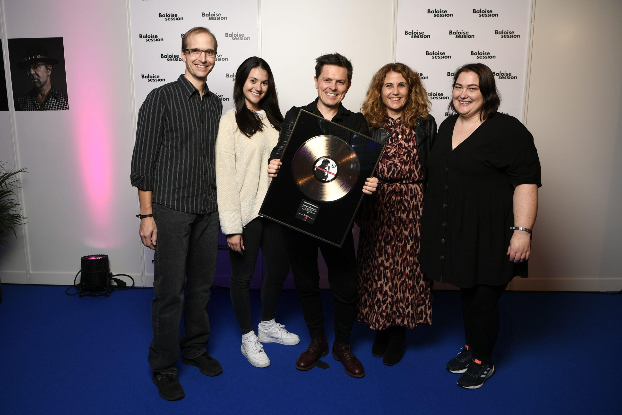 Awardübergabe mit Künstler und Label in Basel